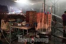 Công ty gỗ ở Bình Dương bất ngờ bốc cháy dữ dội lúc rạng sáng